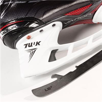 S17 Vapor X900 Ice Skate - Blade Close up (Bauer Vapor X900 Ice Hockey Skates - 2017)